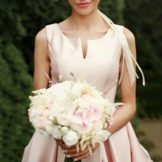 Women in wedding dress holding a bouquet of flowers